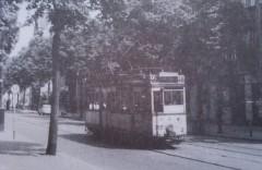 Große elektrische Berliner Straßenbahn in der Blankenburgerstraße  in Pankow Niederschönhausen